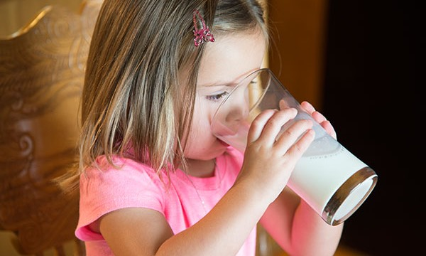 Girl-Drinking-Milk